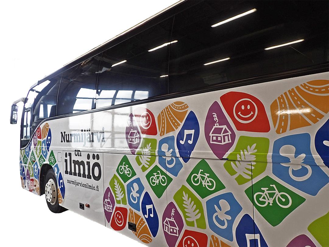Nurmijärvi on ilmiö -kampanjan bussiteippaukset.