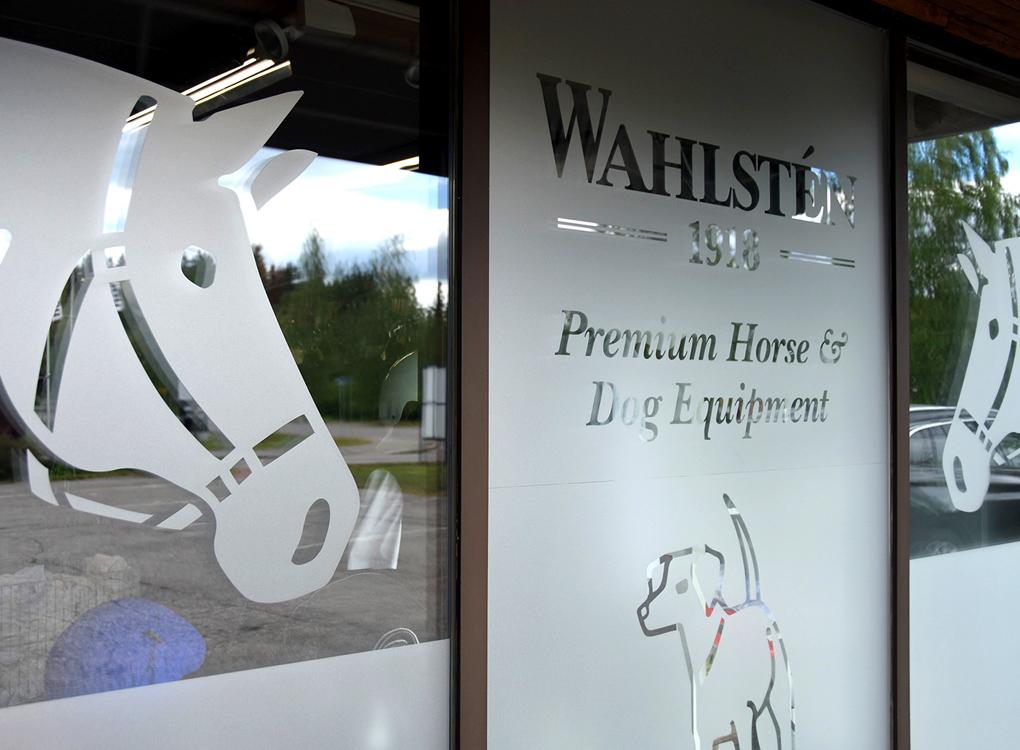 Wahlsten-myymälän ikkunateippaukset.